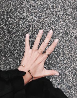 goldener Armschmuck und modische Armbänder Madeleine Issing