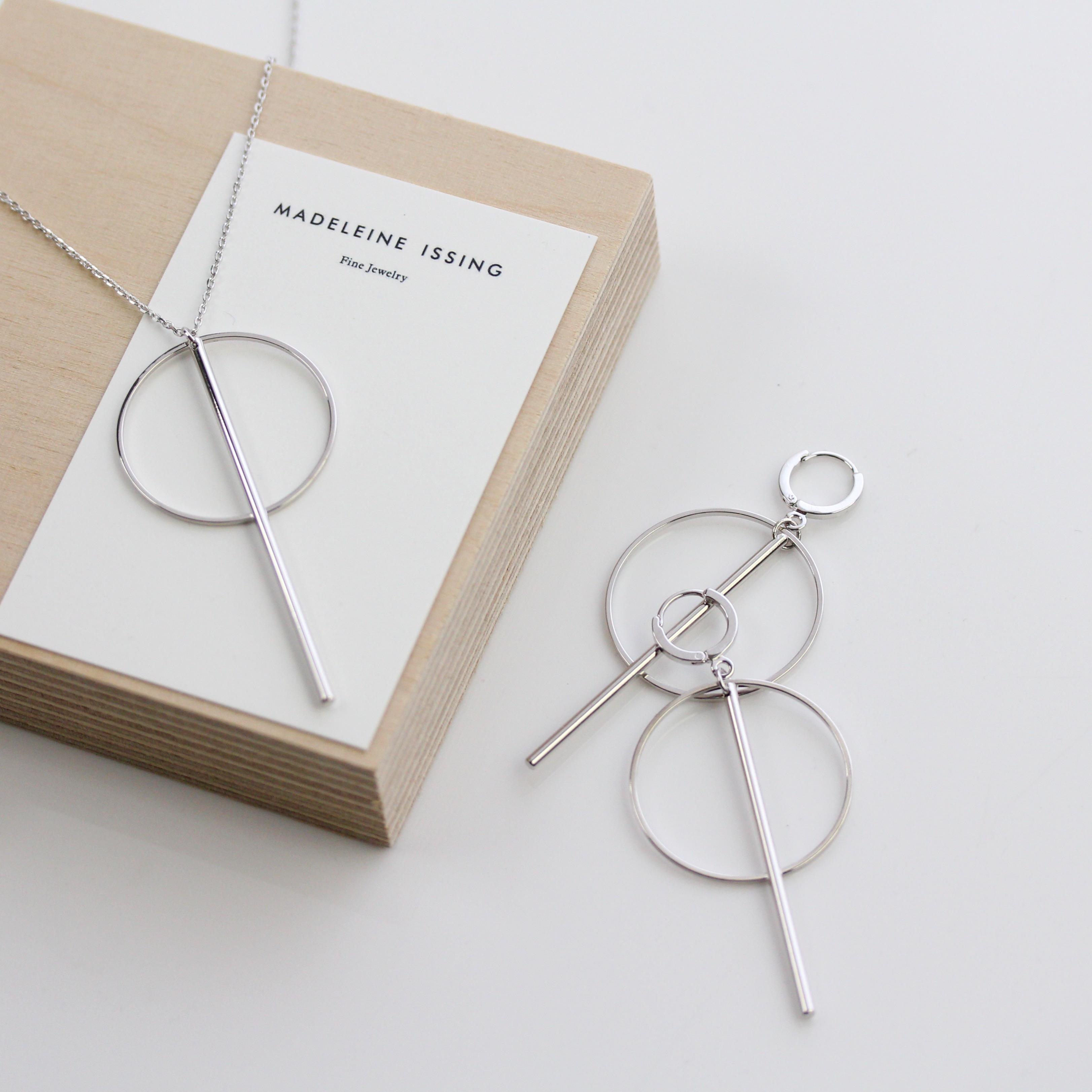 statement kette silber minimalistisch madeleine issing. Black Bedroom Furniture Sets. Home Design Ideas