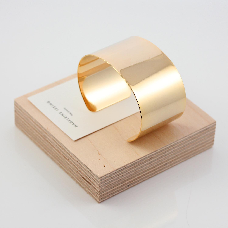Breite Gold Armspangen minimalistisch Madeleine Issing