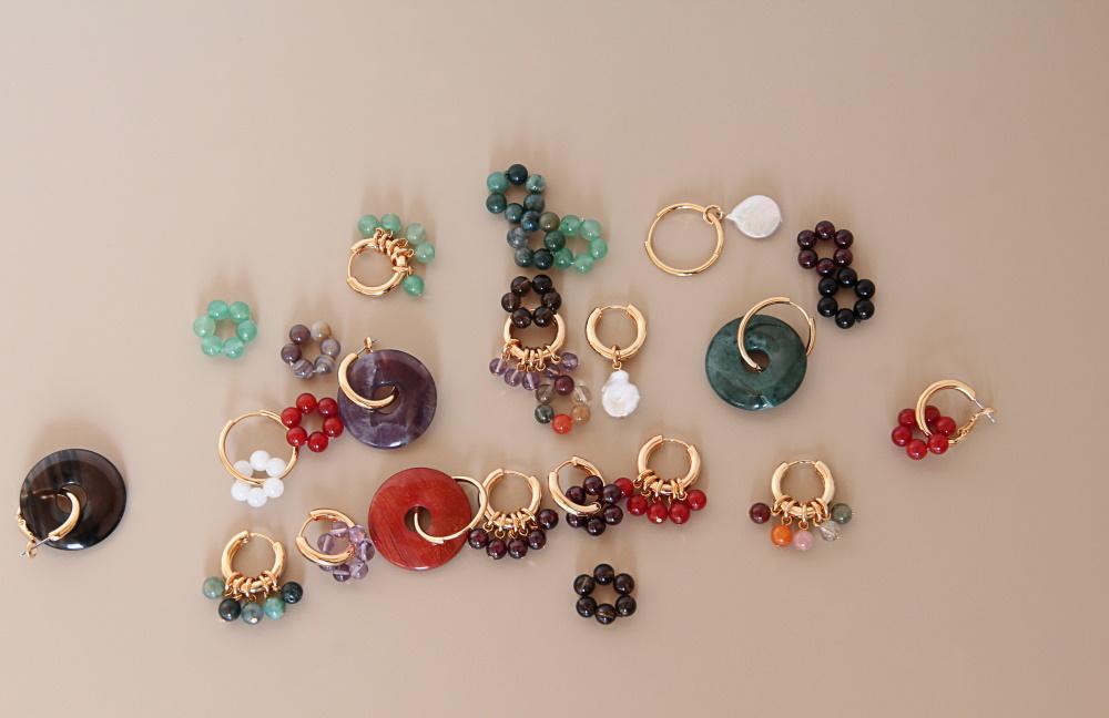 Goldene Ohrringe mit bunten Steinen Madeleine Issing